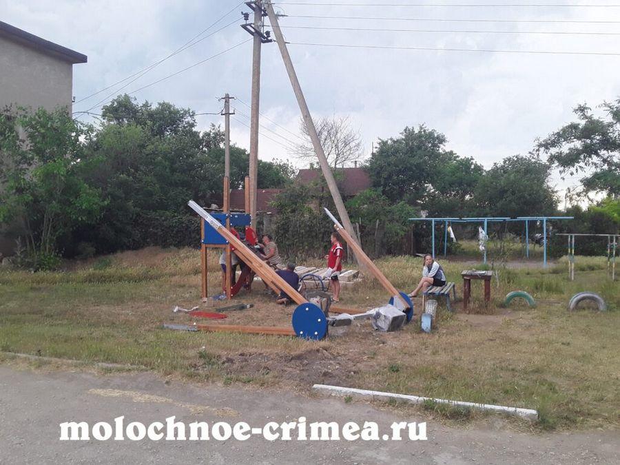 Молочненский сельский совет вновь обрадовал местных жителей - в селе Молочное в двух дворах появились новенькие детские площадки.